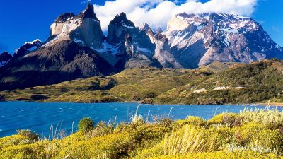 1024px-Cuernos_del_Paine_from_Lake_Pehoé.jpg