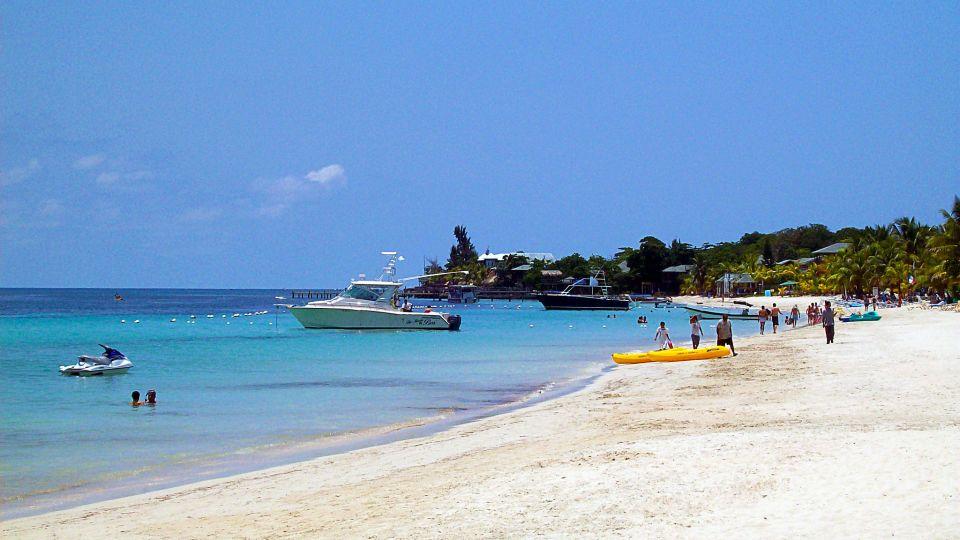 2048px-West_Bay_Beach_-Roatan_-Honduras-23May2009-g.jpg